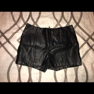 ☀️Faux leather shorts☀️